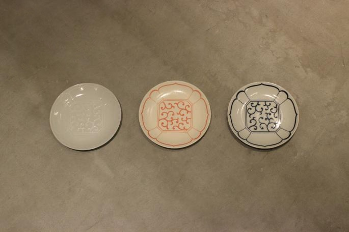 Sゝゝ<br /> 染付け五寸皿<br /> COLOR / 白、赤、紺<br /> Made in Japan<br /> PRICE / 2,400+tax<br /> <br />
