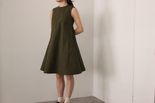 HEIGHT / 159㎝<br /> WEAR SIZE / 34<br /> <br /> SOSO PHLANNEL<br /> Flare Sleeveless Dress <br /> COLOR / Navy,Khaki<br /> SIZE / 34,36<br /> Made In Japan<br /> PRICE / 35,000+tax