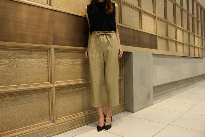 HEIGHT / 165㎝<br /> WEAR SIZE / 34<br /> <br /> SOSO PHLANNEL<br /> Easy Trousers<br /> COLOR / Beige,Navy<br /> SIZE / 34,36<br /> Made In Japan<br /> PRICE / 23,000+tax<br /> <br /> AURALEE<br /> Hard Twist Rib Knit Sleeveless<br /> COLOR / Navy,Top Gray,White Gray<br /> SIZE / 0<br /> Made In Japan<br /> PRICE / 23,000+tax