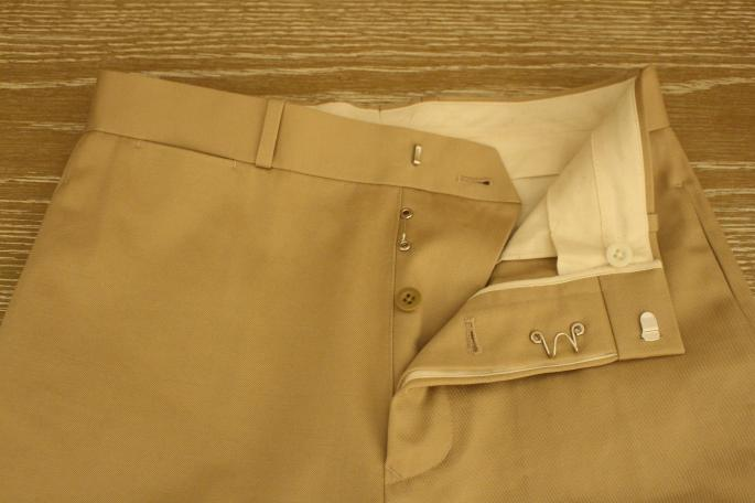 HEIGHT / 163cm<br /> WEAR SIZE / 36<br /> <br /> Scye BASICS<br /> Chino Tapered Loosefit Pants<br /> COLOR / Beige<br /> SIZE / 36,38<br /> PRICE / 25,000+tax<br /> <br /> KATIM<br /> Kotto<br /> COLOR / Azuki<br /> SIZE / 35.5,36,36.5,37,37.5<br /> PRICE / 44,000+tax<br /> <br /> Made In Japan