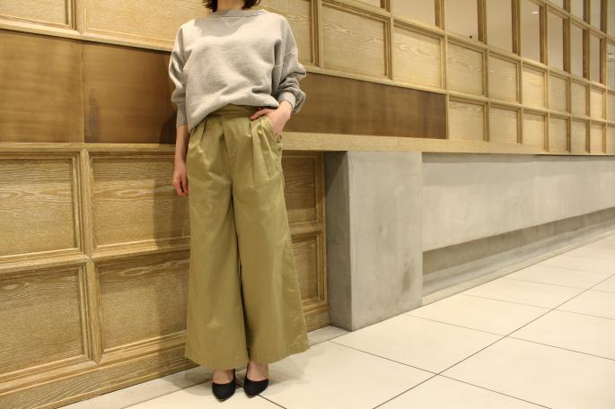 HIGHT / 164cm<br /> WEAR SIZE / 1<br /> <br /> Needles<br /> Fatigue Buggy Pant-back Sateen<br /> COLOR / KHAKI<br /> SIZE / 1,2<br /> Made In Japan<br /> PRICE / 21,000+tax<br /> <br /> VINTAGE<br /> Ls Vintage Sweat<br /> COLOR / Gray<br /> Made In USA<br /> PRICE / 12,000+tax