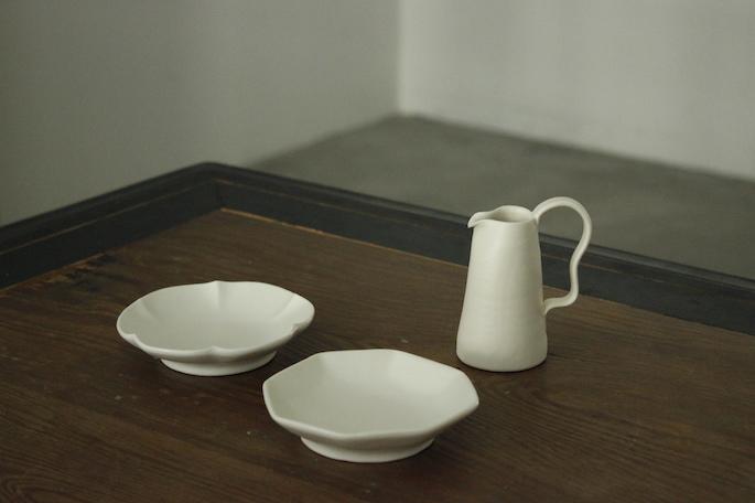 乳白釉スリムピッチャー 2,800円 / 白釉変形小皿 各1,500円