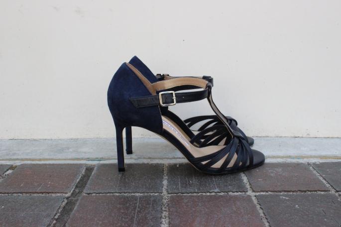 MANOLO BLAHNIK × BLOOM&BRANCH<br /> T-Strap Sandal<br /> COLOR / Navy<br /> PRICE / 118,000+tax<br />