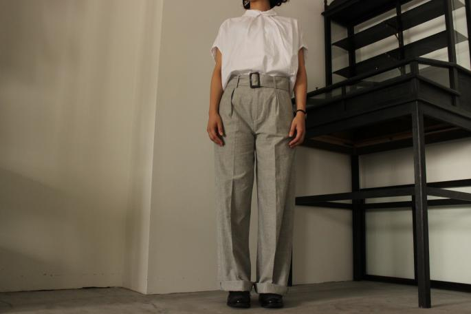 GALLEGO DESPORTES<br /> Ballon Top <br /> COLOR / White<br /> SIZE / 0.1<br /> Made in France<br /> PRICE / 30,000+tax <br /> <br /> Phlannel<br /> Chambrey Wide Trousers <br /> COLOR / Grey<br /> SIZE / 0.1<br /> Made in Japan<br /> PRICE / 22,000+tax <br /> <br />