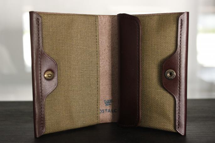 POSTALCO<br /> Wallet<br /> COLOR / Olive Green,Navy Blue<br /> SIZE / 8×12cm<br /> Made in JAPAN<br /> PRICE / 18,000+tax<br />