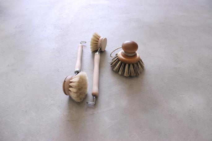 iris hantverk<br /> Kitchin Brush (Left)<br /> PRICE / 1,200+tax<br /> Made in Sweden<br /> <br /> Vegetable Brush (Right)<br /> PRICE / 4,200+tax<br /> Made in Sweden