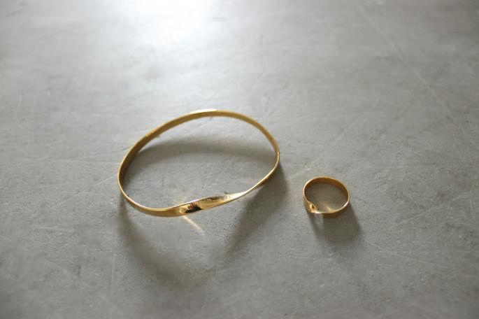 THE MEDLEY INSTITUTE <br /> Three Fingers Ring With Double Twist<br /> COLOR / Gold<br /> SIZE / 2<br /> Made in Germany<br /> PRICE / 42,000+tax