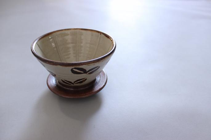 工房十鶴<br /> Coffee Dripper<br /> PRICE /4,500+tax<br /> <br /> Caf au lait Bowl<br /> PRICE / 3,600+tax<br /> <br /> Milk Pitcher<br /> PRICE / 2,800+tax<br /> <br /> 角皿<br /> PRICE / 4,500+tax<br /> <br /> Made in Japan