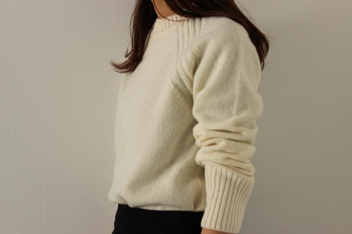 Phlannel<br /> Lambswool High-Necked Sweater<br /> COLOR / White,Black,Red,Gray,Khaki <br /> SIZE / 0,1<br /> Made in Japan<br /> PRICE / 19.000+tax<br /> <br />