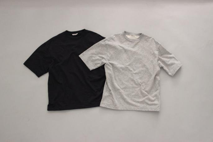 HEIGHT / 169㎝<br /> WEAR SIZE / 3<br /> <br /> AURALEE <br /> Super High Gauge Sweat Pullover<br /> COLOR / White Gray,Top Gray <br /> SIZE / 3,4<br /> Made In Japan<br /> PRICE / 16,000+tax<br /> <br /> ts(s)<br /> 2 In-Pleat Wide Pants<br /> COLOR / Olive,Beige<br /> SIZE / 1,2<br /> Made In Japan<br /> PRICE / 25,000+tax<br /> <br /> adidas<br /> Stan Smith Comfort<br /> COLOR / Gold,Green<br /> SIZE / 26,27,28<br /> PRICE / 15,000+tax