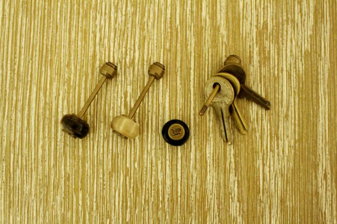 POSTALCO<br /> Horn Totem Key Holder<br /> COLOR / Brown,White,Black<br /> Made In Japan<br /> PRICE / 10,000+tax