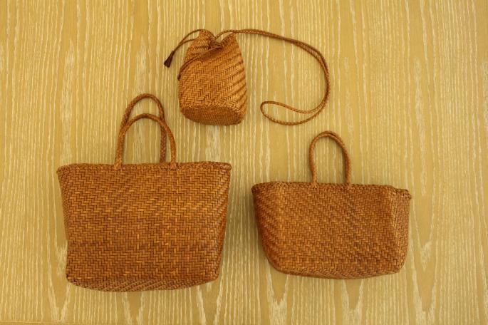 HIGHT / 166cm<br /> WEAR SIZE / 0<br /> <br /> dragon<br /> Basket Small <br /> COLOR / Tan,Black<br /> SIZE / Free<br /> Made In India<br /> PRICE / 34,000+tax<br /> <br /> Phlannel<br /> Super Fine Poplin Grandfather Shirt Dress<br /> COLOR / Light Blue,White,Olive<br /> SIZE / 0,1<br /> Made In Japan<br /> PRICE / 34,000+tax<br /> <br /> DIMISSIANOS&MILLER<br /> TAF<br /> COLOR / Natural,Black<br /> SIZE / 35,36,37<br /> Made In Greece<br /> PRICE / 36,000+tax